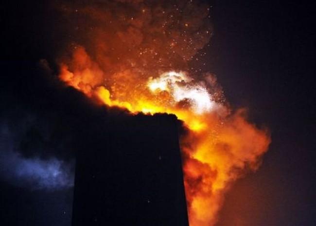 В Пекине сгорел небоскреб (21 фото)