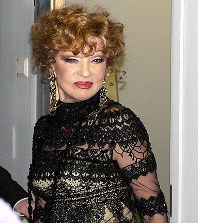 С первого взгляда нам кажется, что женщине на фотографии 60–70 лет. На самом деле это иллюзия, ей стотыщпицот лет.