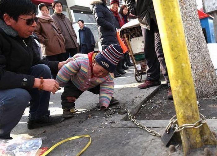 Ребёнок на цепи