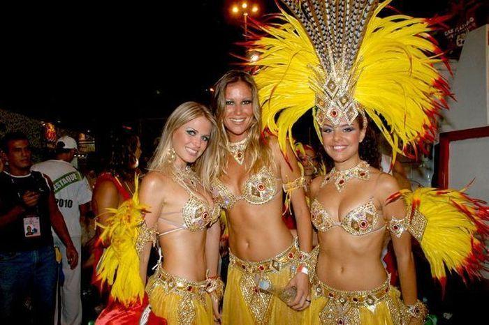 Голая девушка на карнавале