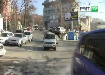 Девушка припарковалась по середине перекрестка