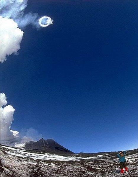Вулкан, пускающий кольца дыма (7 фото)