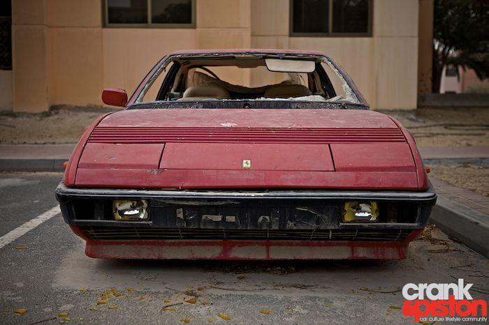 Ferrari Mondial гниет на улице в Дубаи (12 фото)