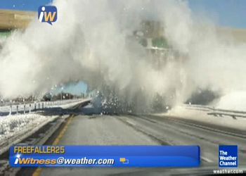 Мост снял излишки снега с фуры