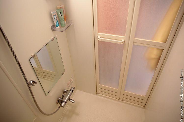 Размер ванной было видно на первой фотографии. Ванна маленькая, но по японским меркам обычная. Я достаточно компактная, но ноги в ней вытянуть тоже не могу. Правда я не люблю принимать ванну. Поэтому она все равно стоит без дела. Годится только для разведения плесени:)<br/>В двух других квартирах у меня были практически полноразмерные европейские ванны. Так что варианты есть.<br/>На двери видно защелку, с помощью которой можно заблокировать дверь изнутри, чтобы никто не мог вторгнуться в помещение в процессе помывки.<br/>В стену вмонтированны  полочки, но какой женщине хватит таких двух маленьких полок?:) Поэтому все, что туда не вмещается, я ставлю на бортики ванны и на пол.