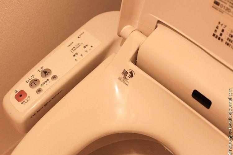 Туалет. Крышка с подогревом сейчас есть практически во всех относительно новых домах. Как и кондиционеры. В старые дома приходится покупать свое.<br/>    Очень удобно, что в туалете сделан маленький умывальник. Там можно помыть руки той водой, которая потом в любом случае попадет в бачок. <br/>    Из разряда экономии также есть регулятор количества смываемой воды. Нет необходимости каждый раз выливать целый бачок.