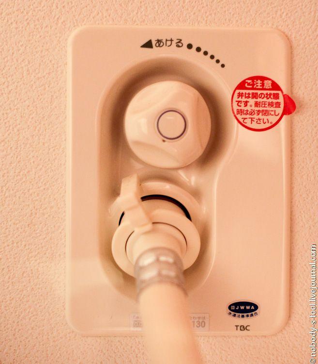 Там же, в туалете, висит щиток с автоматами. Вся квартира поделена на зоны. Так же есть отдельные выключатели под стиральную машинку и кондиционер.