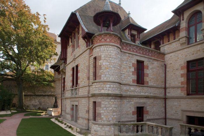 Во Франции открыли дом, простоявший запертым 100 лет (10 фото)