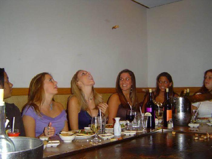 Девчонки ловят еду ртом (46 фото)