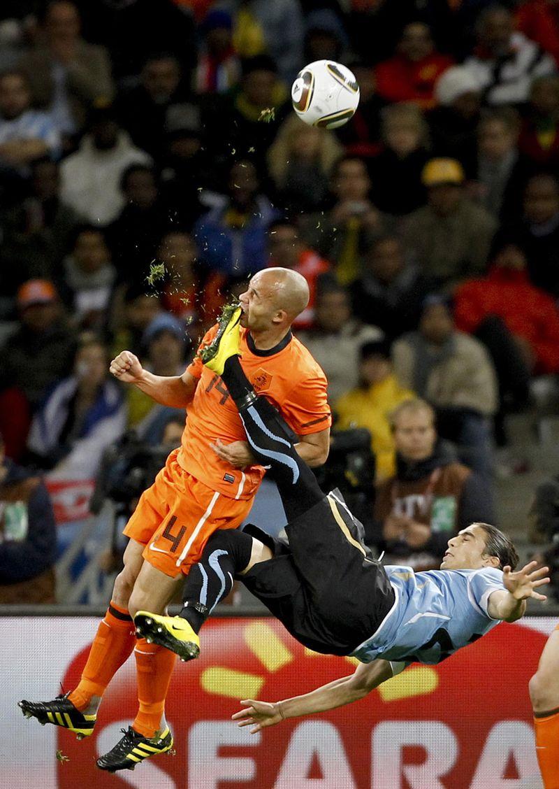 3. Голландец Деми де Зеув получил удар в лицо от уругвайца Мартина Касереса в полуфинале Чемпионата мира по футболу в Кейптауне 6 июля. Первое место в категории «Спорт». (Mike Hutchings, South Africa, Reuters)