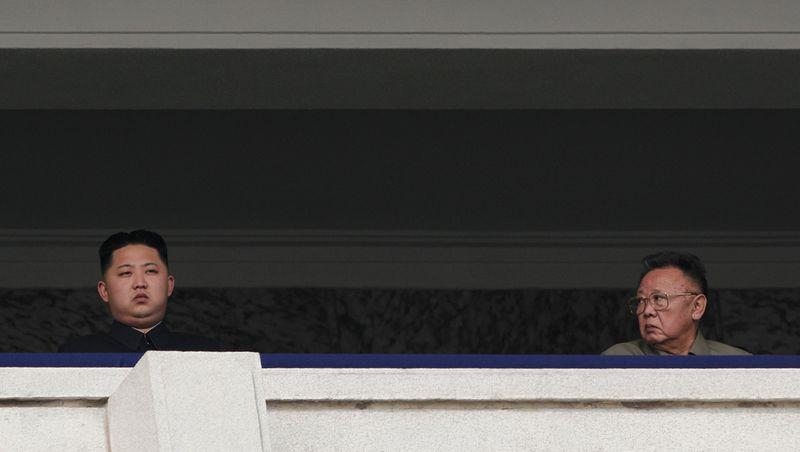 5. Лидер Северной Кореи Ким Чен Ир с сыном Ким Чжон Уном на военном параде в честь 65-летия правления коммунистической Рабочей партии в Пхеньяне 10 октября. Третье место в категории «Новости». (Vincent Yu, Associated Press)