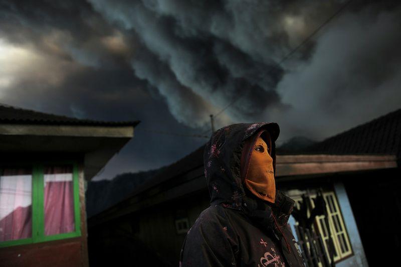 9. Индонезиец в маске от пепла в поселке Семоро Лаванг, недалеко от действующего вулкана Бромо, Ява, 24 декабря. Третье место в категории «Природа». (Christophe Archambault, AFP, Getty Images)
