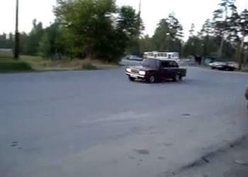 ВАЗ 2107 входит в поворот на большой скорости