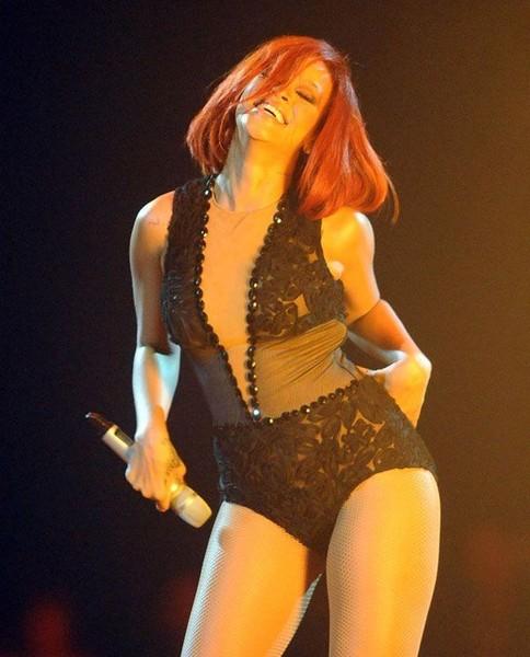 Rihanna в забавном наряде (5 фото)
