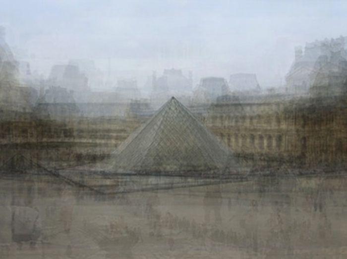 Стеклянная пирамида Лувра в Париже, Франция