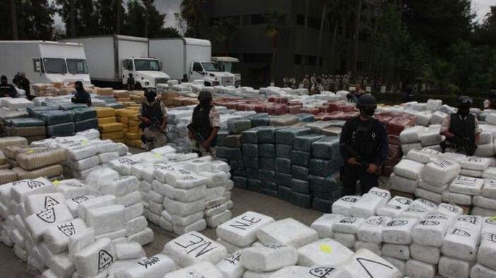 В Мексике сожгли 134 тонны марихуаны (13 фото)