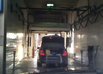 Открытый багажник на автоматической мойке