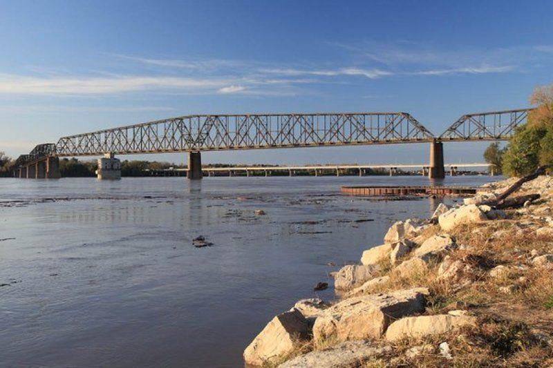 Самым длинным в мире велосипедно-пешеходным мостом является мост Old Chain of Rocks Bridge, расположенный на реке Миссисипи в штате Иллинойс. До 1967 года через этот мост проходило легендарное шоссе 66 (Route 66), однако впоследствии маршрут был изменен. 31 год мост по сути пустовал, пока в 1999-м его не обозначили официально как велосипедно-пешеходный. Общая длина моста – 1631 метр.