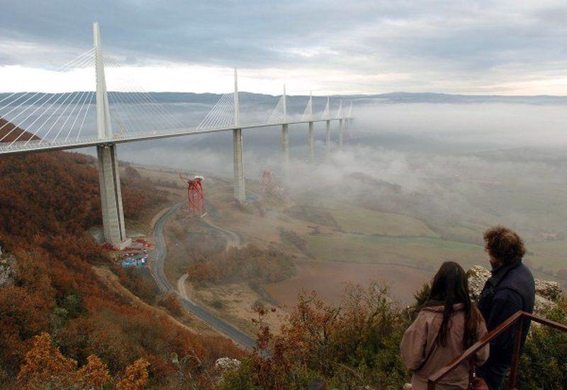 Очень красив и футуристичен виадук Мийо, расположенный во Франции. Мост был создан, чтобы разгрузить дорогу, проходящую через городок Мийо, который страдает каждое лето от заторов с участием туристов. Шоссе, на котором расположен виадук соединяет Париж и южный город Безье. Максимальная высота опоры у моста равна 341 метр, что выше Эйфелевой башни! Общая длина - 2460 метров.
