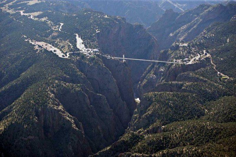 Еще один из самых высоких мостов мира расположен в американском штате Колорадо, над Королевским ущельем. Раньше Royal Gorge Bridge эксплуатировался и автомобилями, но сейчас используется только пешеходами. По дну ущелья змейкой вьется река Арканзас, а расстояние от моста до поверхности воды внизу составляет 321 метр. Длина моста всего 384 метра, а ширина и вовсе 5 метров.