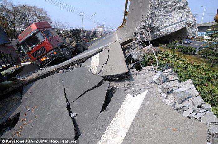 Обрушение автомобильной эстакады в Китае (4 фото)