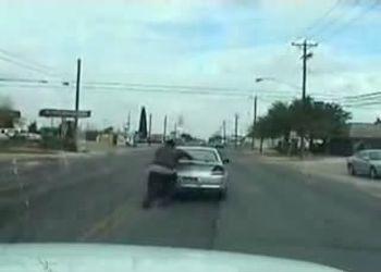 Большой паренек толкает машину:)