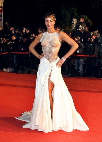 Платье, которое не постеснялась надеть французская поп-певица (4 фото)