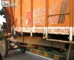 Суровый водитель индийского грузовика