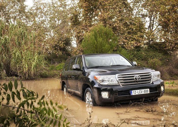 В России рассказали новые цены на обновленный Toyota Land Cruiser 200 (13 фото)