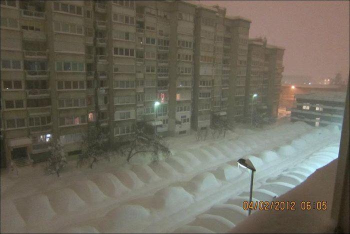 Зимняя забава - найди свою машину во дворе