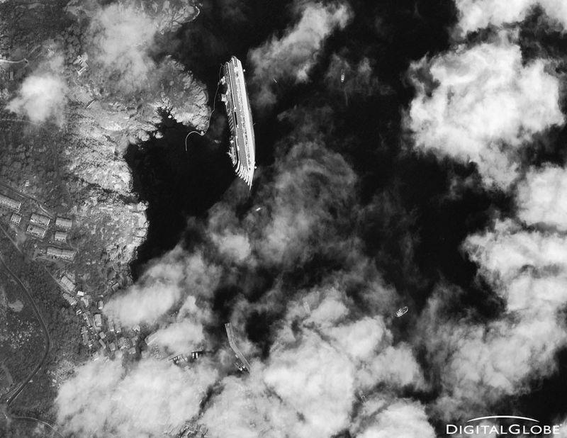 27. Круизный лайнер Коста Конкордия, фото со спутника DigitalGlobe