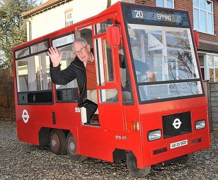 Пенсионер построил автобус из газонокосилки (2 фото)