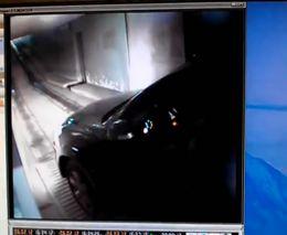 Девушка выезжает с подземной парковки