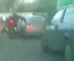 Мотоциклисты наказывают водителя машины