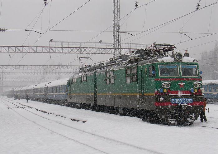 Суровое зимнее путешествие на поезде (5 фото)