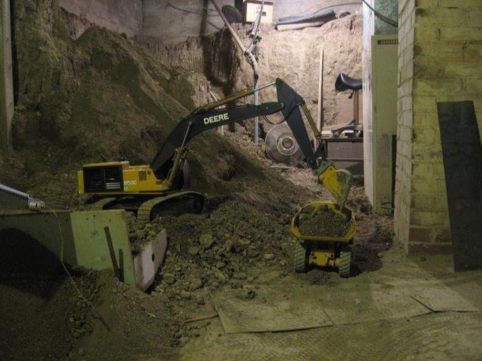 Американец копает тоннель с помощью игрушечной техники уже 15 лет (29 фото+13 видео)
