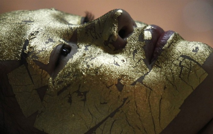 Маска для лица из золота (4 фото)