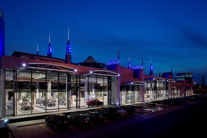 В Абу-Даби открылся самый большой автосалон BMW (8 фото)