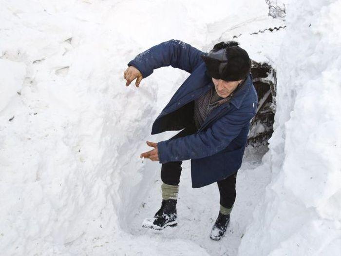 Румынскую деревню завалило почти пятиметровым слоем снега (33 фото)