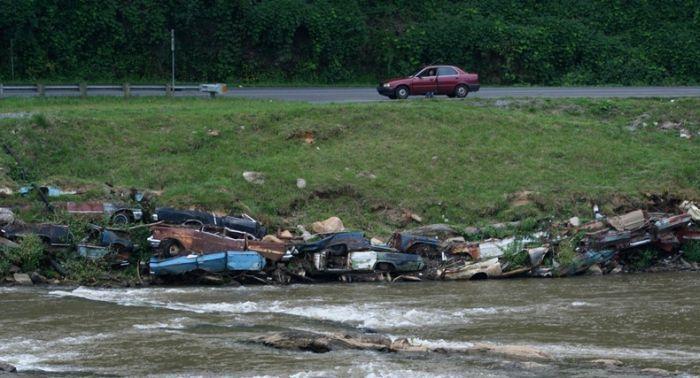 Водная дамба из старых автомобилей (11 фото)