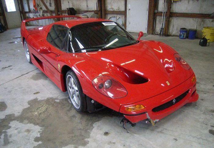 Угнанную и разбитую агентом ФБР Ferrari F50 продают на аукционе (10 фото)