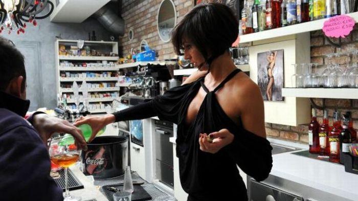 Слишком сексуальная барменша (16 фото)