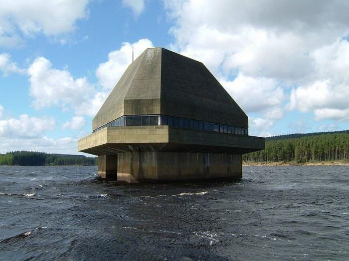 Убежище окружонное водой (3 фото)