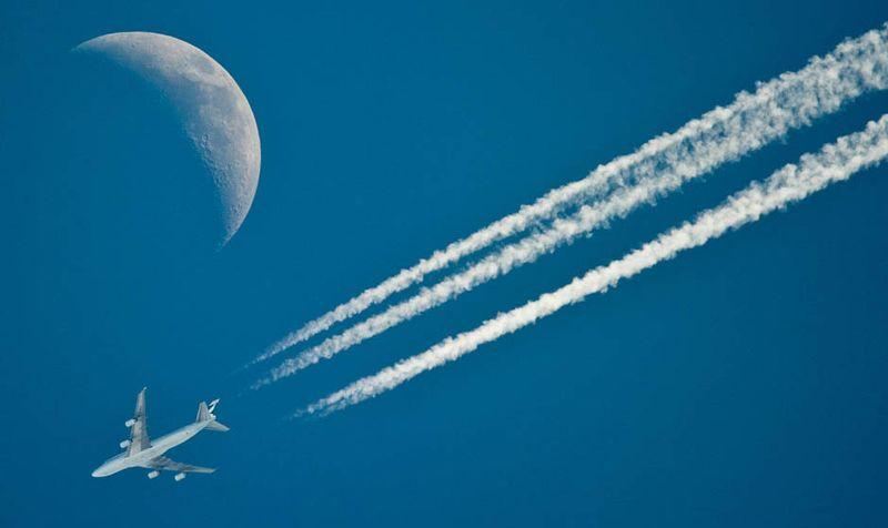 Самолеты на фоне луны и солнца 18 фото