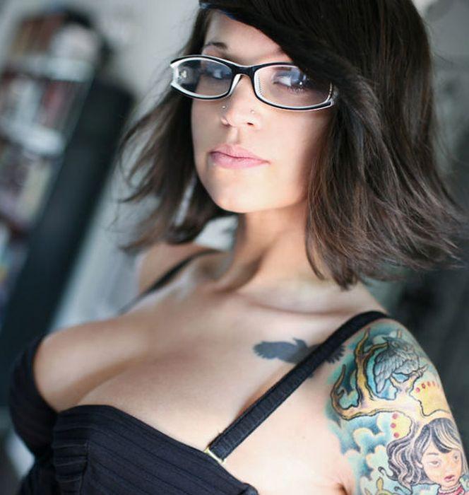 Фото девушки в очках за работой