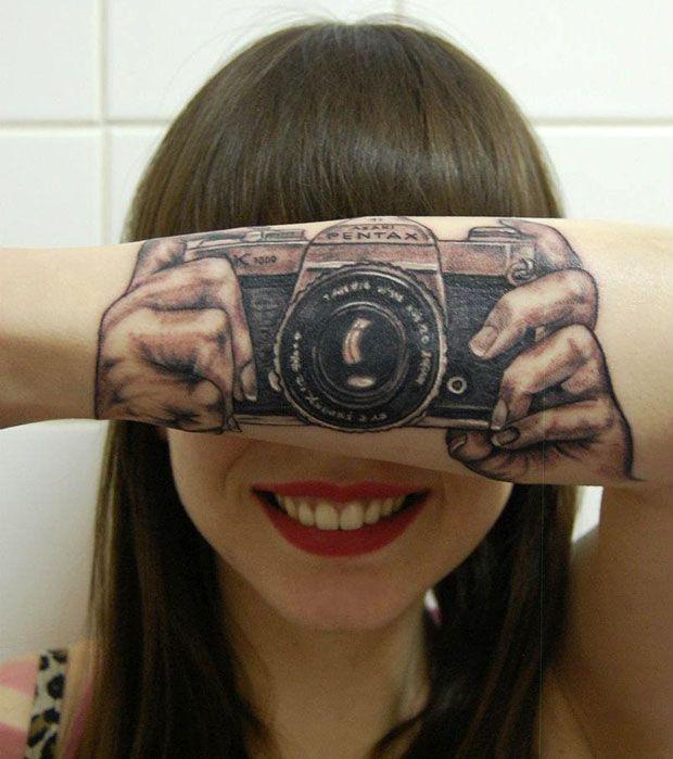 Юмор девушка, на руке, татуировка, фотик, фотоаппарат