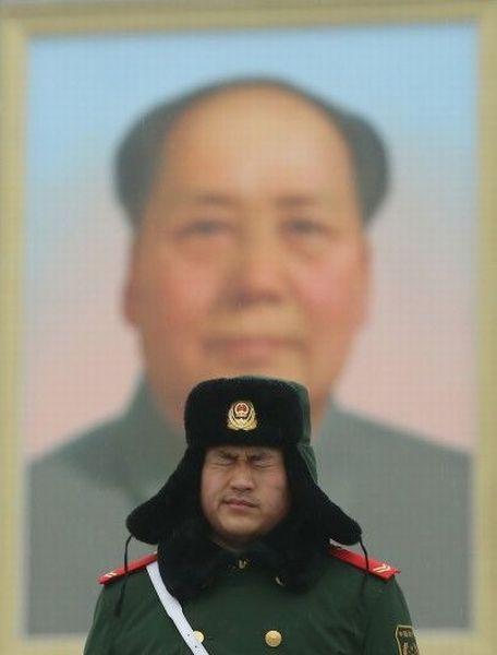 Фотоприкол онлайн военный, задний план, китаец, прикольная картинка, форма