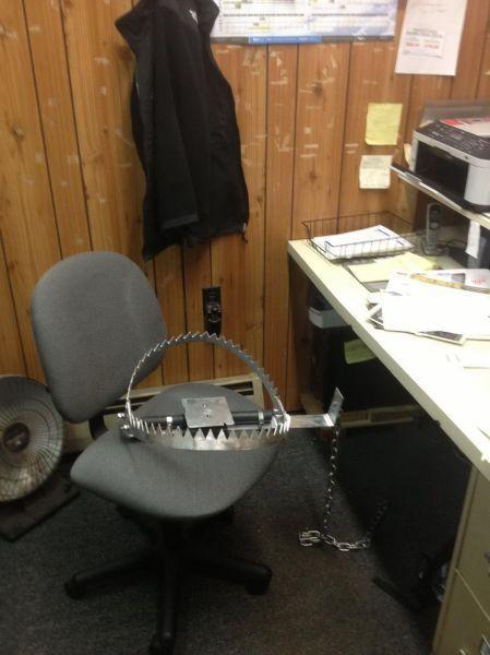 Прикол картинка капкан, офис, прикол, рабочее место, рабочий стол