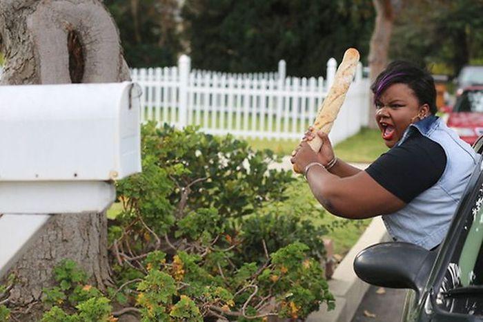 Фото батон хлеба, женщина, прикольная фотографи, темнокожая