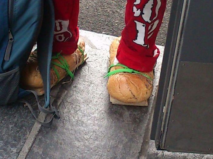 Улетное фото батон хлеба, булки, необычная обувь